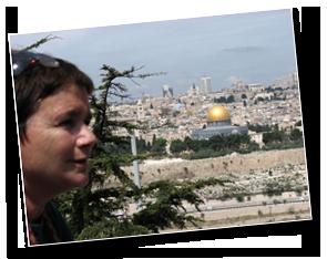 שרה ברנע, מדריכת טיולים ומורת דרך מוסמכת, מרצה ומדריכה סיורים בירושלים, ובפרט בבית הקברות היהודי בהר הזיתים