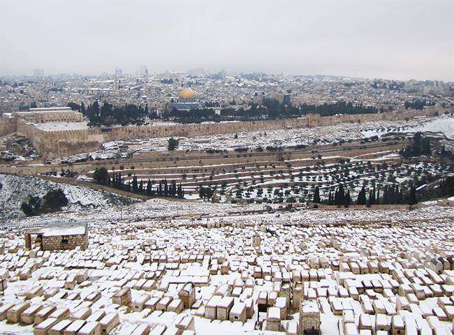 שלג על בית הקברות היהודי בהר הזיתים